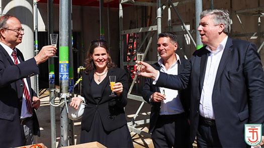 v.l.: Peter Wagner, Präsident des TS Jahn, Verena Dietl, 3. Bürgermeisterin von München, Architekt DI. Jürgen Stark, Marcus Betz